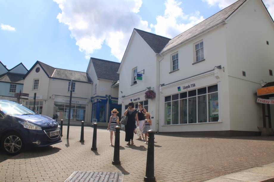 <strong>Chepstow Town Centre<span><b>view larger</b></span></strong><i>→</i>